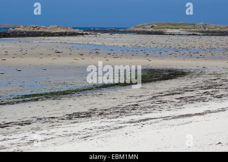 Segmento de playa en marea baja, Francia, Bretaña, Océano Atlántico