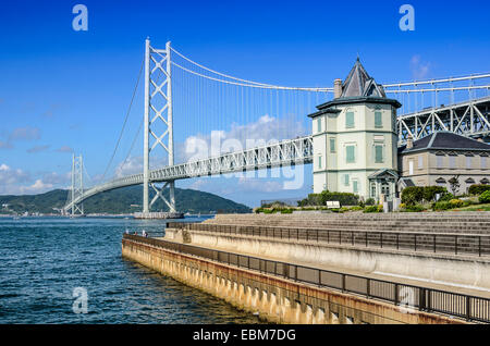 Kobe, Japón en Puente Akashi Kaikyo spanning el Mar Interior de Seto a Awaji Island.