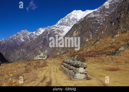 Mani muro cerca de la aldea de Langtang, Nepal Langtang Himal Foto de stock