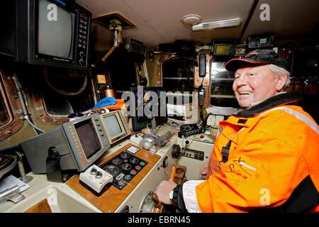El capitán de un arrastrero de pesca, Noruega, Islas Lofoten