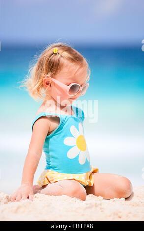 Poco chica rubia de playa tropical