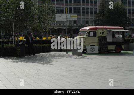 Sunny losas ver a gente sentada tumbonas y el edificio de oficinas, Citroën H Van vendiendo alimentos, Hardman Square, Manchester