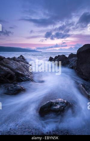 Twilight más Porlock Bay, Exmoor National Park, Somerset, Inglaterra. Verano (agosto de 2014).