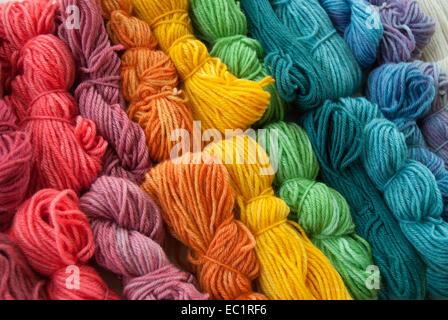 Variedad de coloridas hilados de lana teñidas a mano.