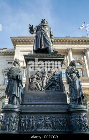Monumento al Barón Freiherr von Stein delante del Abgeordnetenhaus en Berlín.