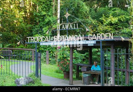 Hilo de la Isla Grande de Hawai Hawai jardín botánico tropical pacífico verde desde arriba con el mar y las olas entrada Foto de stock