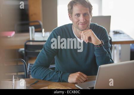 Empresario utilizando el portátil en la cafetería