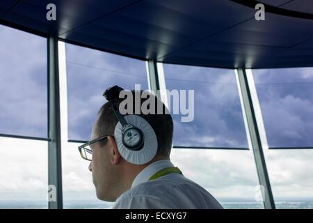 NATS Heathrow de controlador de tránsito aéreo en la torre de control del aeropuerto de Heathrow, Londres.