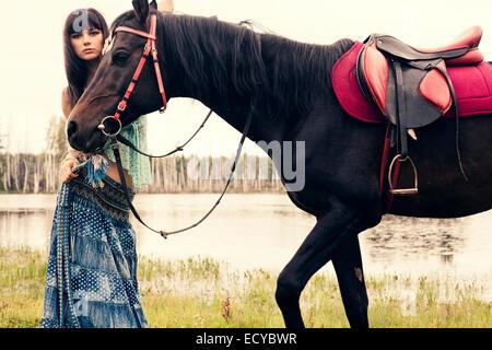 Mujer caucásica paseos a caballo al aire libre Foto de stock