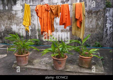 Naranja Y Azafran De Los Monjes Budistas Colgando De Lavanderia En