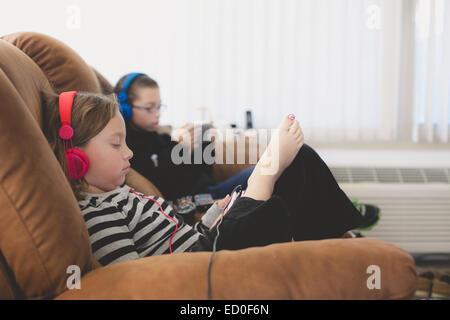 Hermanos y hermanas y escuchar música