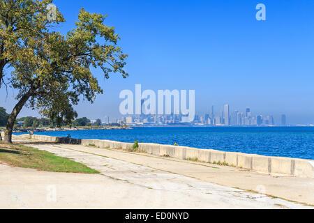 Vista del Lago Michigan paseo de Hyde Park, con el centro de la ciudad de Chicago en la distancia. Foto de stock