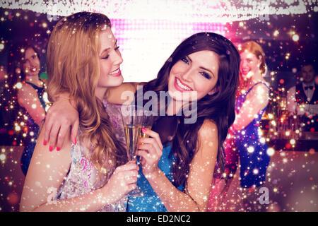 Imagen compuesta de amigos beber champán