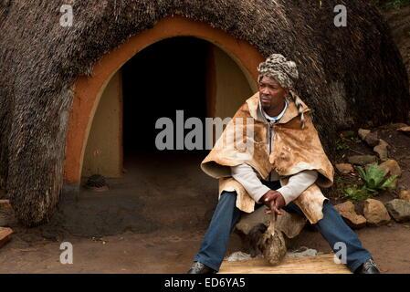 El Inyanga o hierbas en un sanador tradicional aldea Basutho pueblo de Lesotho. Foto de stock