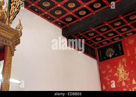 Motivos dorados fueron pintadas y esculpidas en las paredes y techo de un templo budista (Wat Duang Di) en Chiang Foto de stock