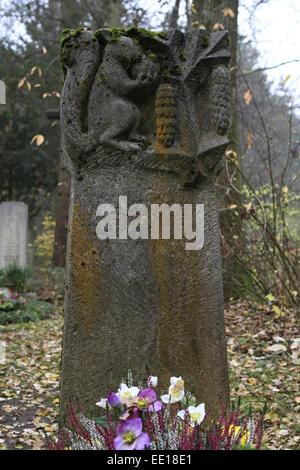 Geschmuecktes Grab auf einem Friedhof un Allerheiligen