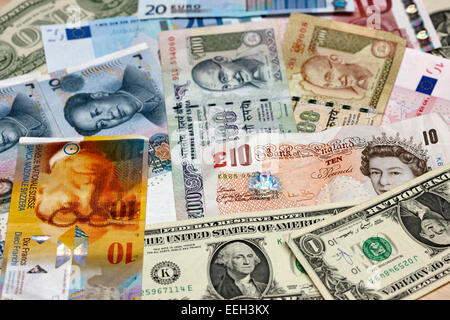 Diversas monedas del mundo, el dólar estadounidense, el euro, el yuan chino, rupias indias, libras esterlinas y francos suizos