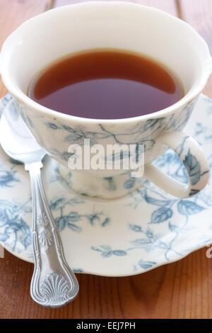 Té en una ornamentada copa china Foto de stock