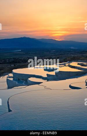 Vistas desde las terrazas de travertino de Pamukkale al atardecer. Pamukkale, provincia de Denizli, Turquía. Foto de stock