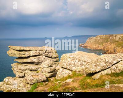 En el dramtic coastpath entre Lands End y Sennen Cove Cornwall Inglaterra Europa