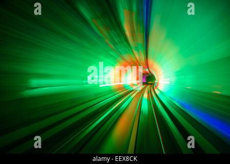 Desenfoque de movimiento en el túnel de Turismo de Shanghai.