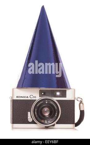 Cámara de película SLR vintage con gorro de fiesta recorte