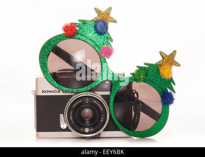 Árbol de navidad vintage gafas de sol y cámara SLR