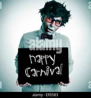 Un hombre vistiendo un traje negro de zombis con un cartel con el texto escrito en él carnaval feliz