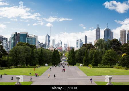 Melbourne, Australia - 26 de enero - Melbourne's Skyline desde el santuario de los recuerdos en un soleado día de Australia el 26 de enero