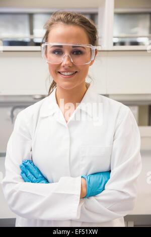 El farmacéutico joven sonriente a la cámara