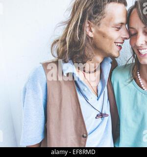 Joven pareja heterosexual en el amor