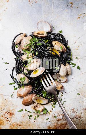 Pasta con marisco almejas Spaghetti vongole sobre fondo de textura de acero