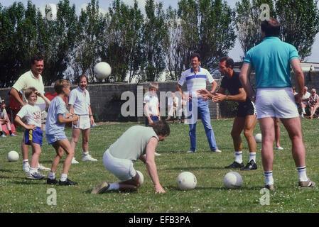 El ex futbolista de Leeds United y de Inglaterra Paul Reaney coaching Pontins fútbol en el campamento de vacaciones. Inglaterra. En el Reino Unido. Circa 1980