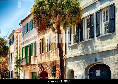 Ver el colorido de los exteriores de la casa en la calle Church, Charleston, Carolina del Sur, EE.UU.