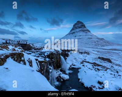 Kirkjufell Kirkjufellsa cascada y montaña, cerca de Grundarfjordur, oeste de Islandia Foto de stock