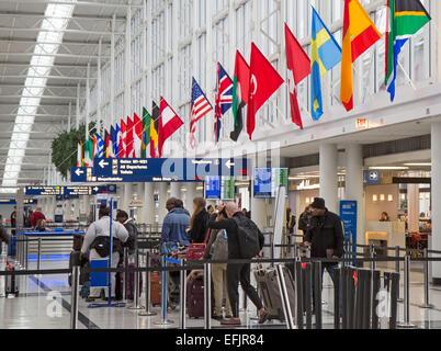 Chicago, Illinois - los pasajeros esperando en la cola para el check-in para los vuelos en el Aeropuerto Internacional de O'Hare la terminal internacional.