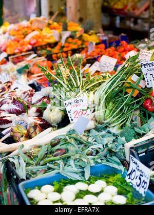 Un puesto en el mercado cargado de hortalizas frescas en el mercado alimentario de Rialto.