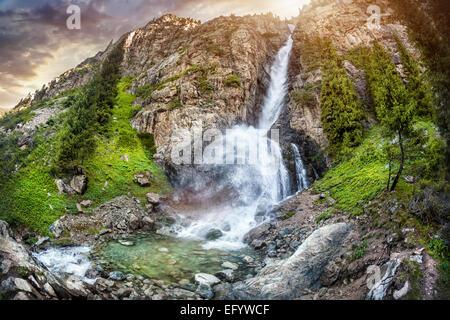 Burhan Bulak cascada en la montaña Dzungarian Alatau, Kazajstán, Asia Central Foto de stock