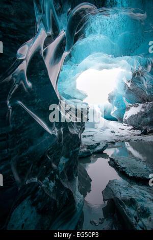 En el interior de una cueva de hielo glaciar en el sureste de Islandia.