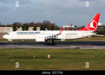 Turkish Airlines Boeing 737-900 líneas más arriba en la pista 23R en el aeropuerto de Manchester.