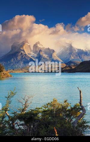 Chile, Patagonia, Parque Nacional Torres del Paine (UNESCO Sitio), los picos de los Cuernos del Paine y el Lago Pehoe Foto de stock