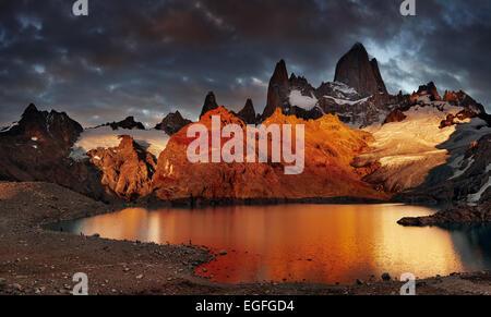 La laguna de Los Tres y montar los tres , espectacular amanecer, Patagonia, Argentina Foto de stock