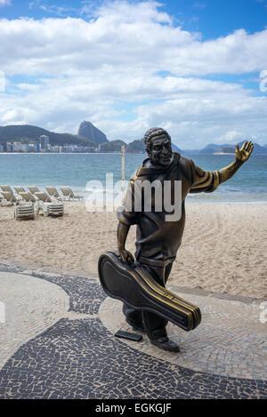 Brasil, Rio de Janeiro, la estatua de la C.Dorival guitaris cerca de la colonia de pescadores de la playa de Copacabana