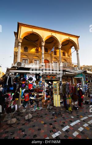 Tiendas y mezquita en la plaza Monastiraki, Atenas, Grecia Foto de stock