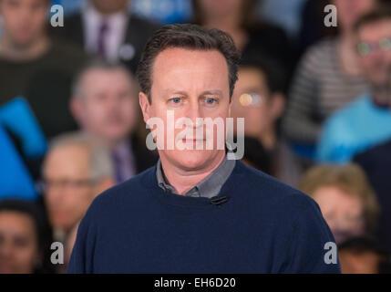 David Cameron, Primer Ministro,habla a los miembros en un rally en grada oeste con candidato parlamentario Hannah David