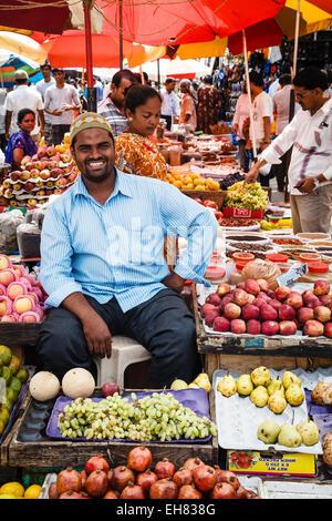 Puestos de frutas y verduras en el mercado de Mapusa, Goa, India, Asia