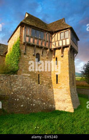 La torre norte con entramados de madera construida en el 1280s, Stokesay Castle, Shropshire,