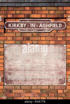 Una placa situada en la estación de tren, explicando la historia del ferrocarril local. En Kirkby en Ashfield, Nottinghamshire Foto de stock