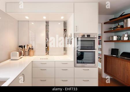 Cocina blanca con almacenamiento y horno integral en la ciudad de ...