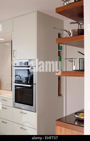 Modernas unidades de estantería blanca en Londres Contemporáneo ...